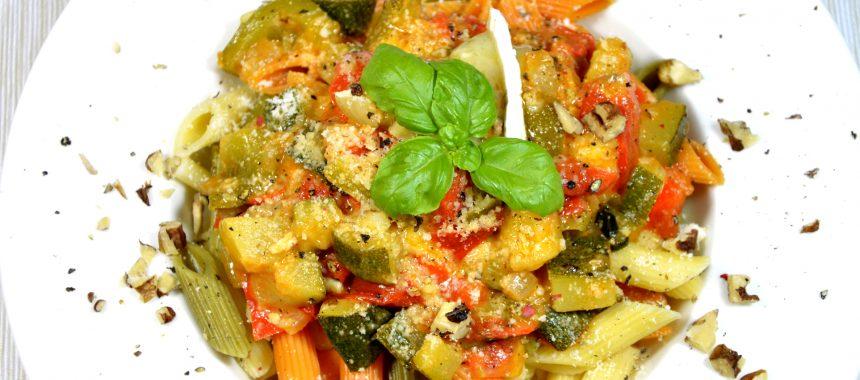 Penne z warzywami, serem pleśniowym i bazylią