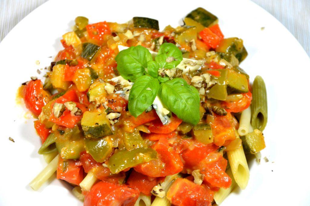 Penne z warzywami, serem rokpol i bazylią