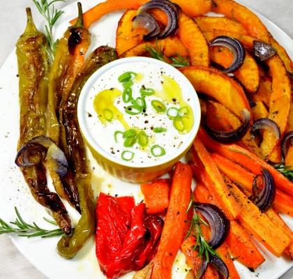 pieczone warzywa z rozmarynem i sosem czosnkowym