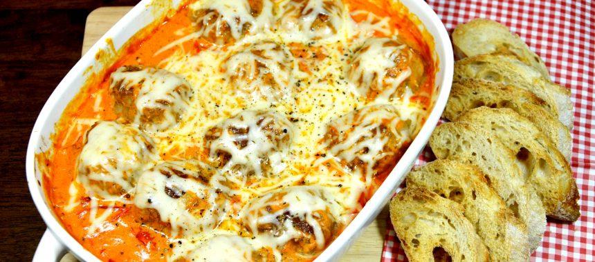 Pulpeciki w sosie pomidorowo-śmietanowym zapiekane z żółtym serem