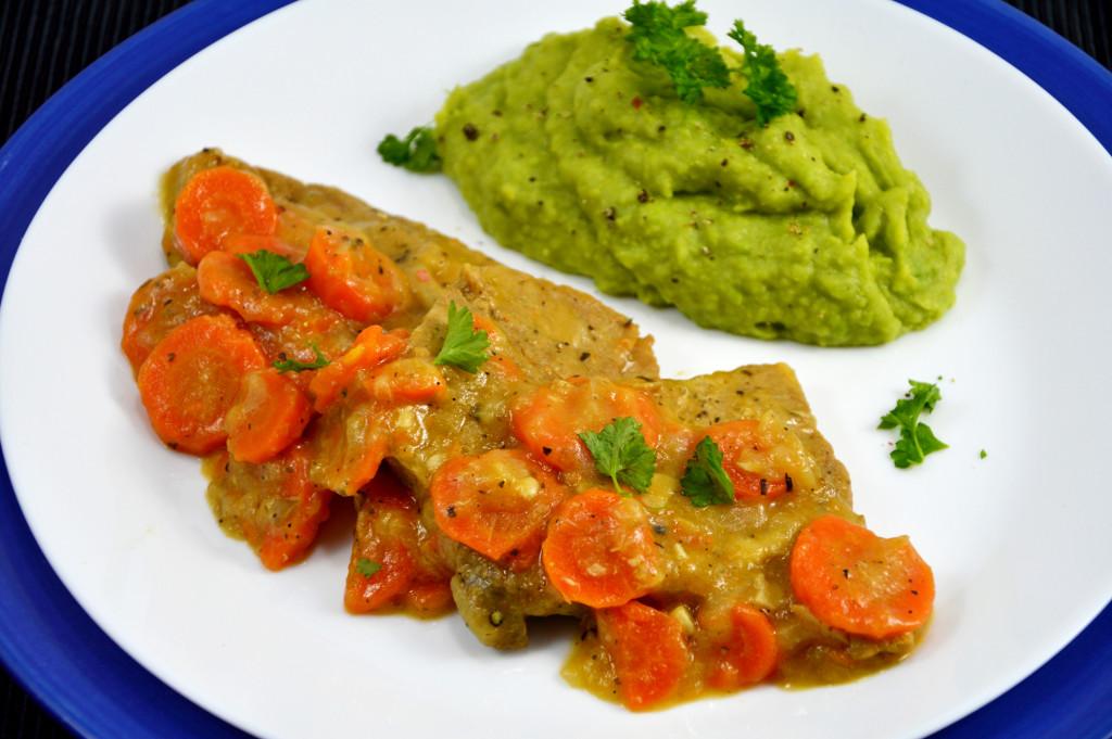 Sznycle wieprzowe z marchewka i puree z zielonego groszku