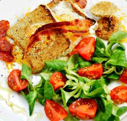 tosty z jajkiem i bekonem