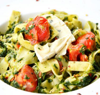 tagiatelle ze szpinakiem, gorgonzolą i pomidorkami