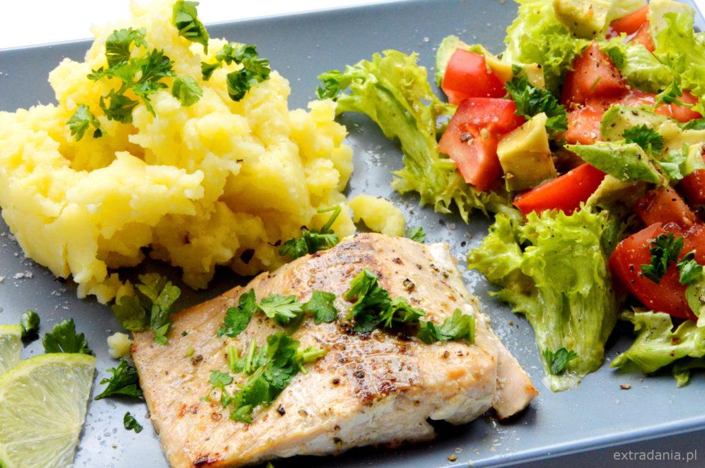 losos z puree i salatka