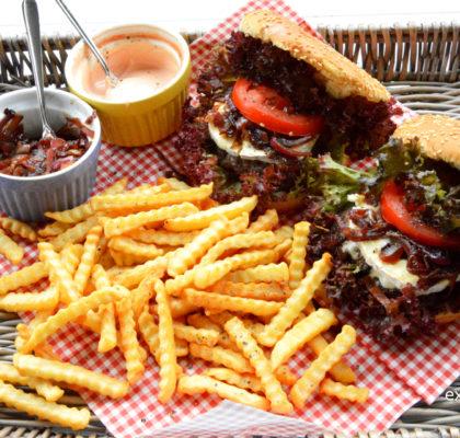 burgery z karmelizowana cebula i serem plesniowym