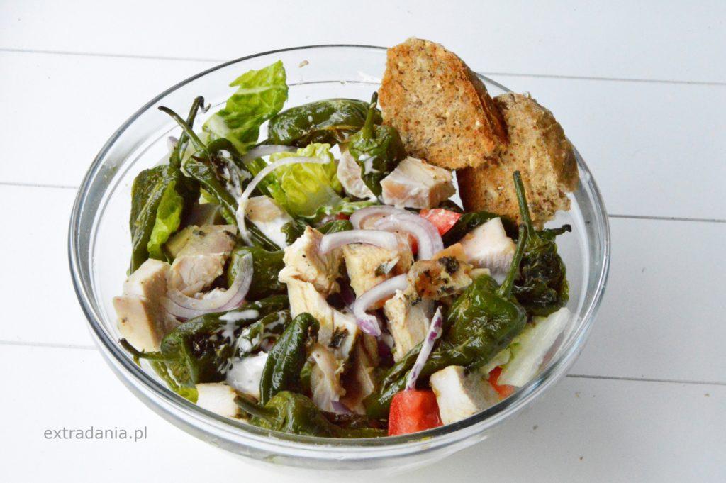salatka z pieczonym kurczakiem i zielonymi papryczkami