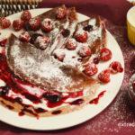 Naleśniki czekoladowe z serkiem waniliowym, dżemem i malinami