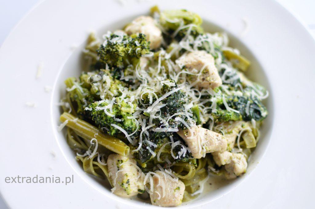 makaron z zielonymi warzywami i kurczakiem w sosie smietanowym