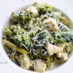 Makaron z zielonymi warzywami i kurczakiem w sosie śmietanowym