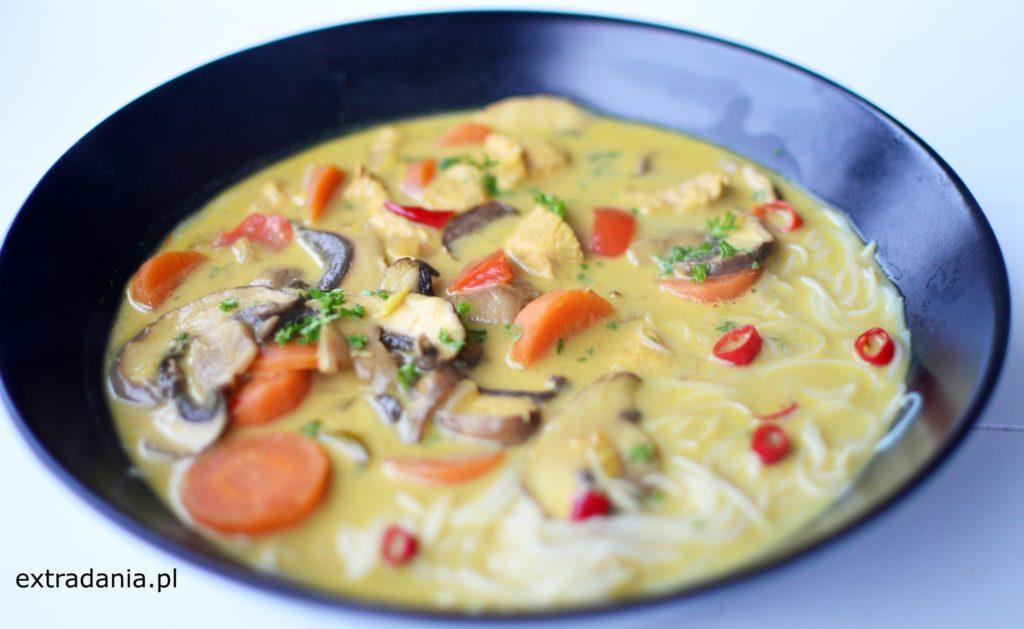 zupa tajska z kurczakiem papryka i pieczarkami