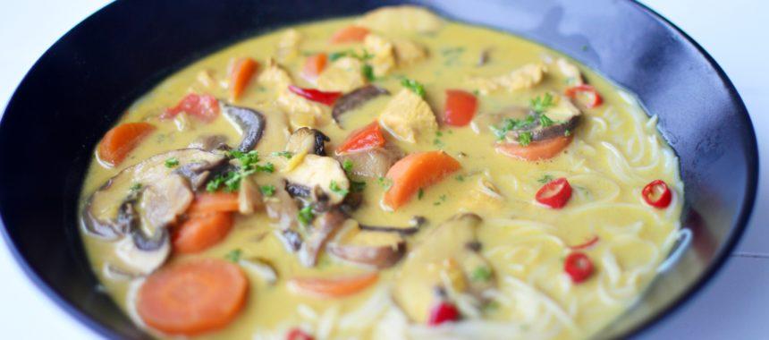 Zupa tajska z kurczakiem, papryką i pieczarkami