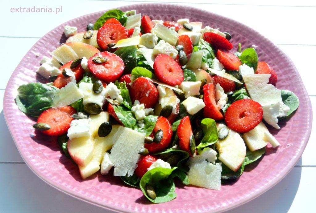 salatka ze szpinakiem, truskawkami, brzoskwinia, feta i parmezanem