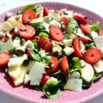Sałatka ze szpinakiem, truskawkami, brzoskwinią, fetą i parmezanem