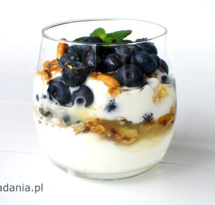 deser jogurtowy z granola i borowkami