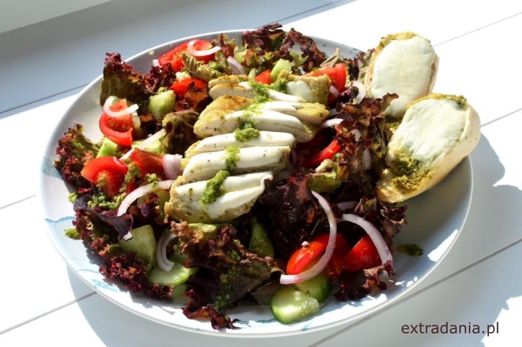 salatka z kurczakiem w pesto i grzankami