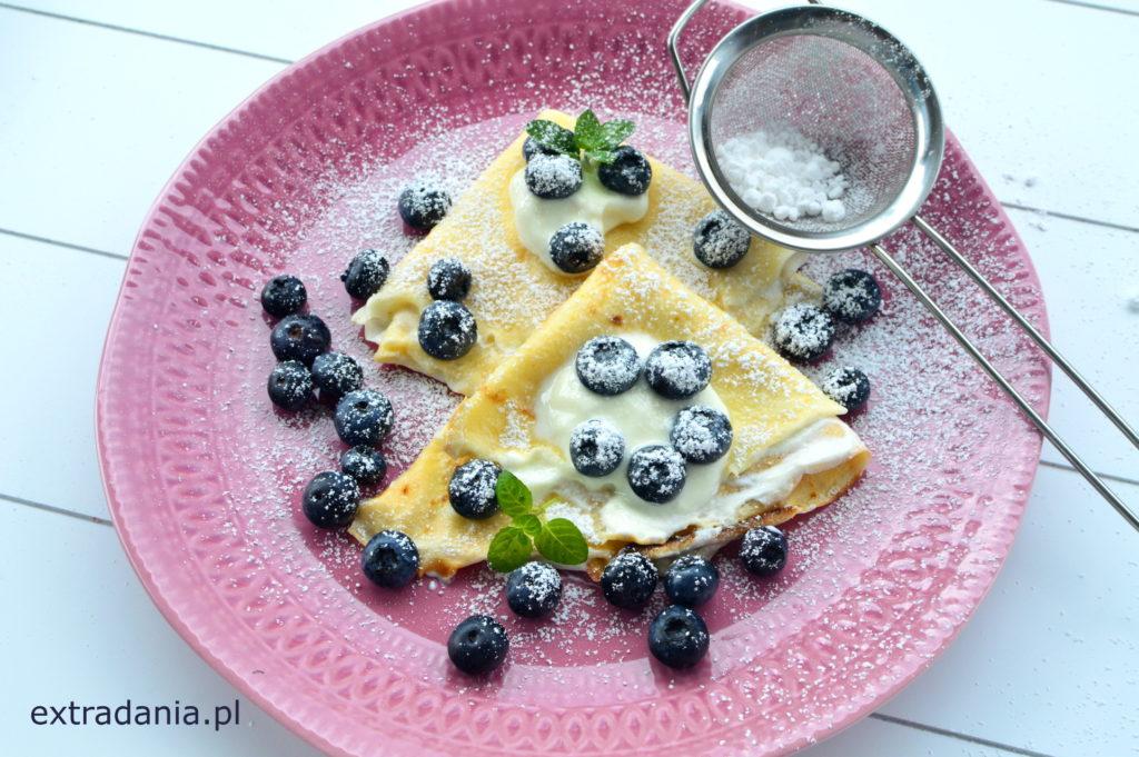 nalesniki z jogurtem i borowkami
