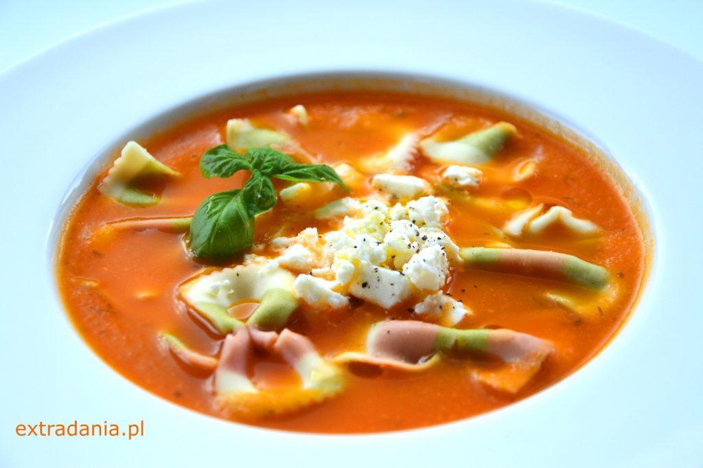 zupa pomidorowa ze swiezych pomidorow z serem feta i makaronem
