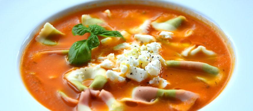Zupa pomidorowa ze świeżych pomidorów z serem feta i makaronem