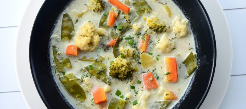Zupa jarzynowa z groszkiem cukrowym, kalafiorem i brokułem