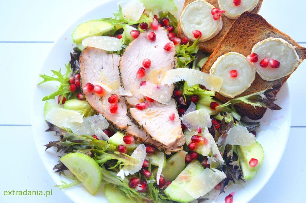 salatka z pieczonym indykiem serem kozim i granatem
