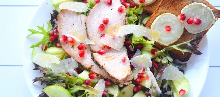 Sałatka z pieczonym indykiem, serem kozim i granatem