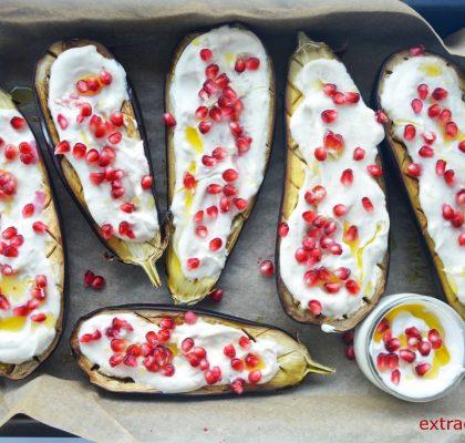 pieczone baklazany z sosem tahini granatem i sezamem