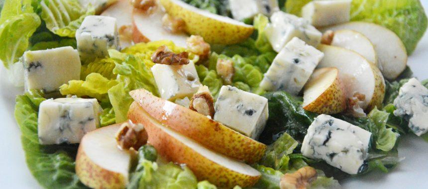 Sałatka z gruszką, serem pleśniowym i orzechami włoskimi