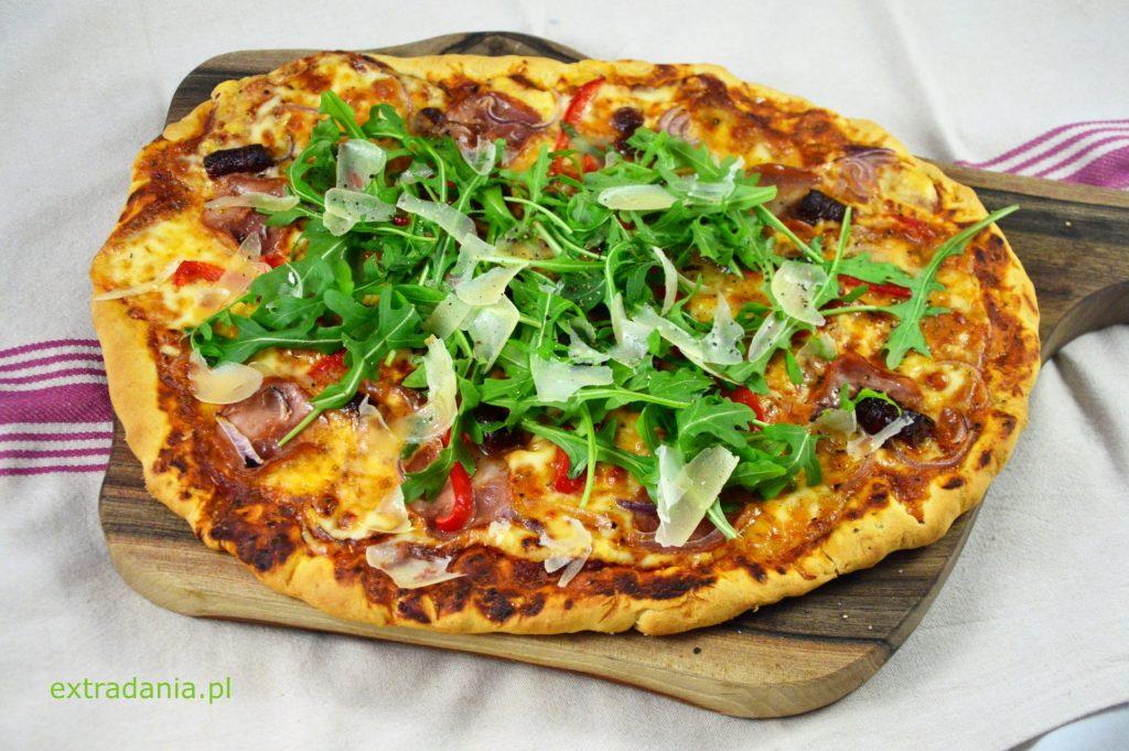pizza z szynka kabanosem papryka i czerwona cebula