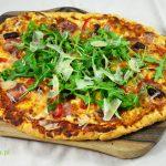 Pizza z szynką, kabanosem, papryką i czerwoną cebulą