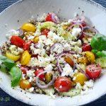 Sałatka z komosą ryżową, pomidorkami, ogórkiem i fetą
