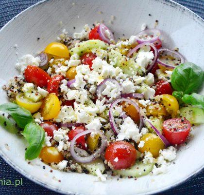 salatka z komosa ryzowa pomidorkami ogorkiem i feta