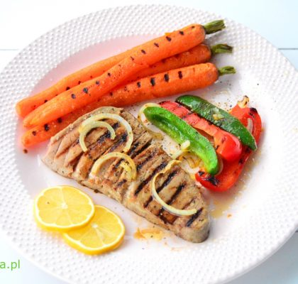 grillowany stek z tunczyka z mloda marchewka i papryka
