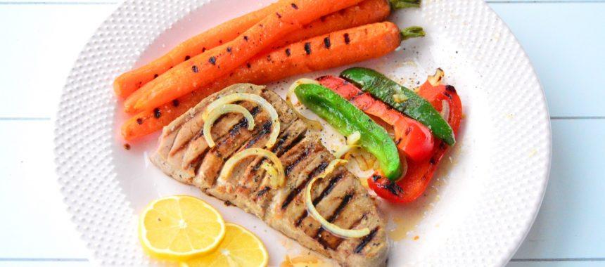 Grillowany stek z tuńczyka z młodą marchewką i papryką