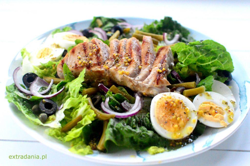 salatka nicejska z grillowanym tunczykiem