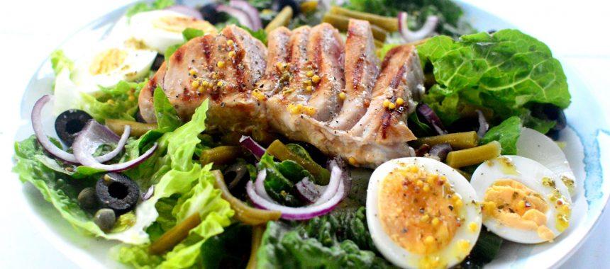 Sałatka nicejska z grillowanym tuńczykiem
