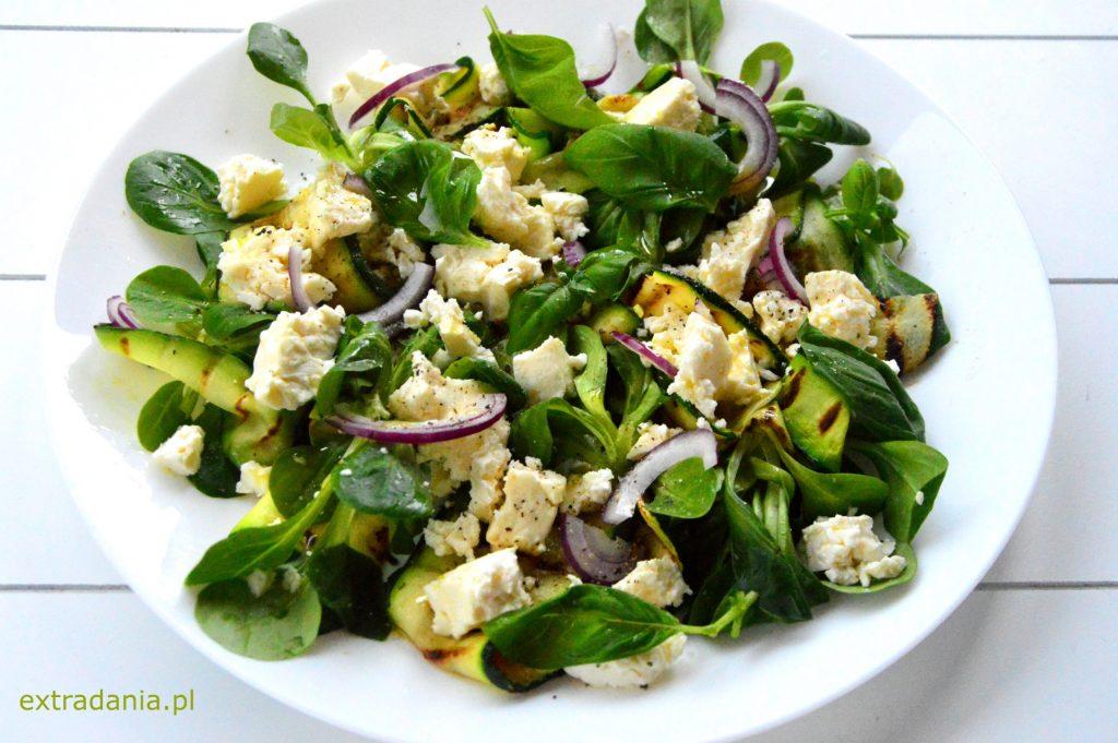salatka z grillowana cukinia feta i bazylia