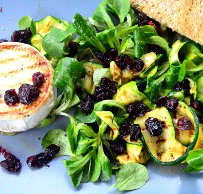 salatka z grillowanym camembertem cukinia i zurawina