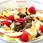 Sałatka z wątróbką, jabłkiem i malinami