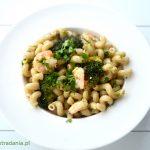 Brązowy makaron z krewetkami i brokułem
