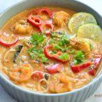 Zupa tajska z krewetkami, pieczarkami i papryką