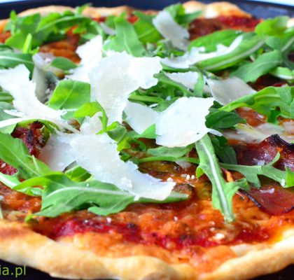 pizza z salami rukola i parmezanem
