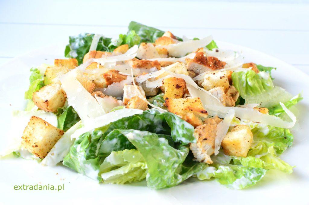 salatka cezar z kurczakiem