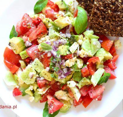 salatka z awokado pomidorem i serem feta