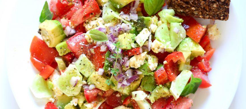 Sałatka z awokado, pomidorem i serem feta