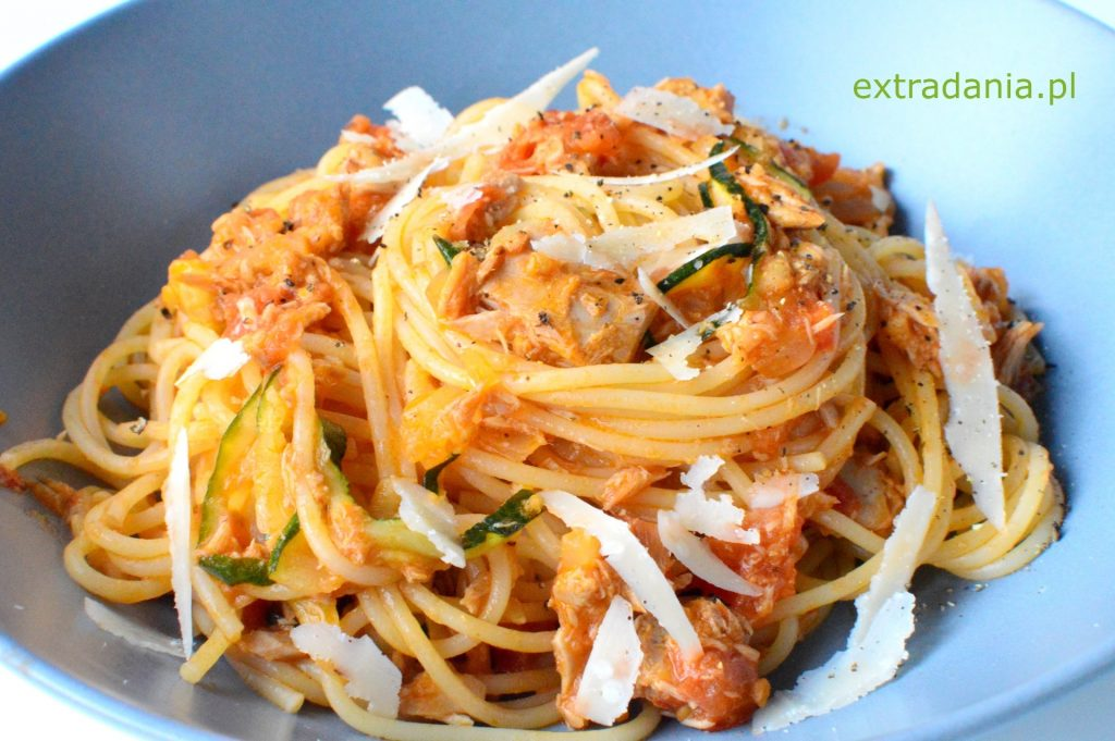 spaghetti z tunczykiem pomidorami i cukinia