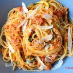 Spaghetti z tuńczykiem, pomidorami i cukinią