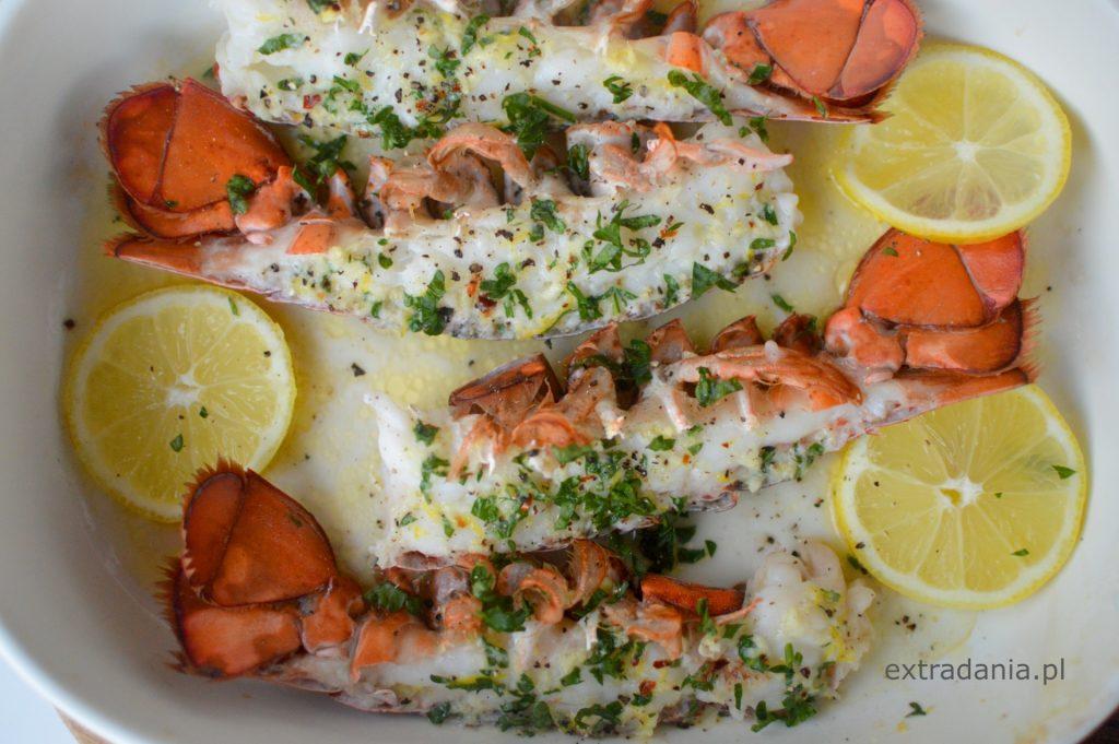 pieczony homar z maslem czosnkowo cytrynowym