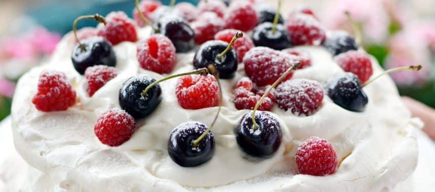 Tort bezowy z malinami i czereśniami