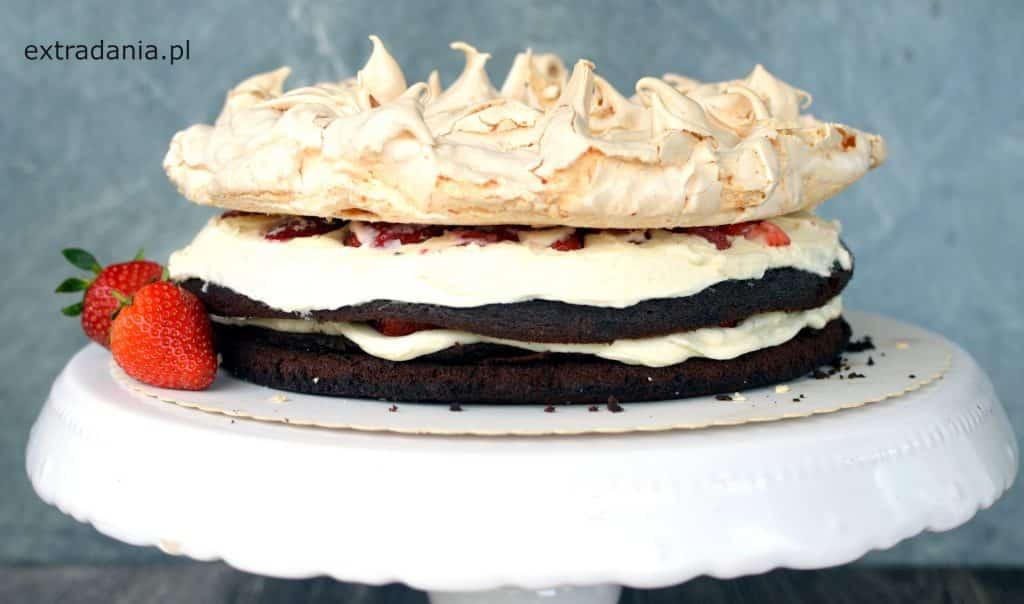 tort czekoladowy z bezą i truskawkami