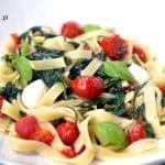 Makaron tagliatelle ze szpinakiem, pomidorami i mozzarellą